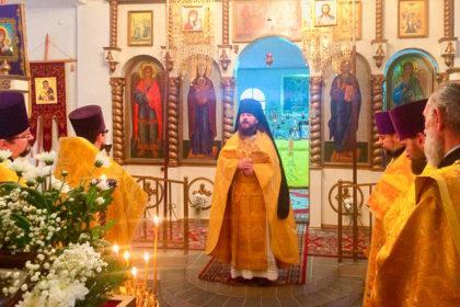 Настоятель храма Воскресения Христова помолился за Божественной литургией в Никольском храме города Сенно