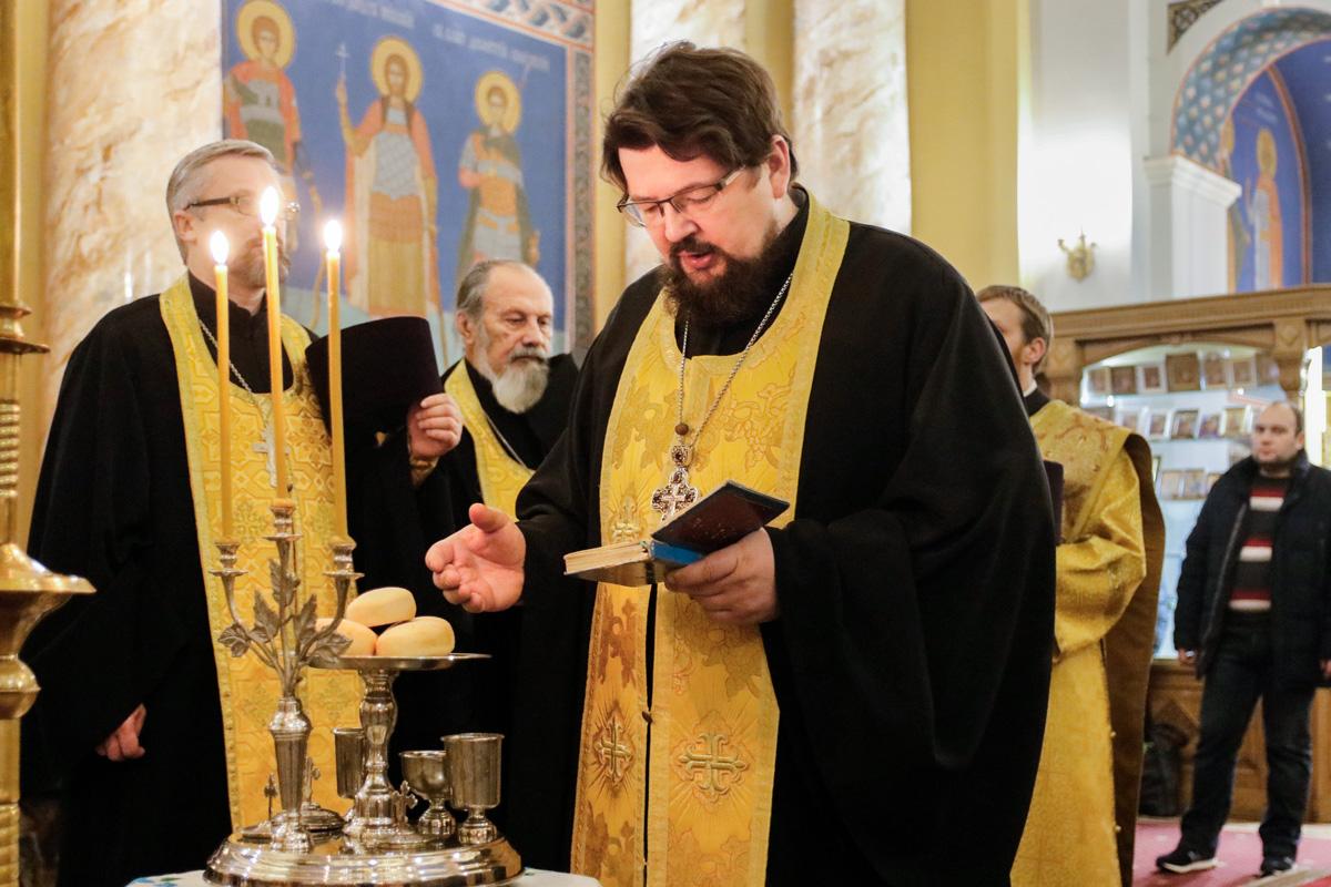 В День своего 45-летия настоятель храма протоиерей Константин возглавил всенощное бдение