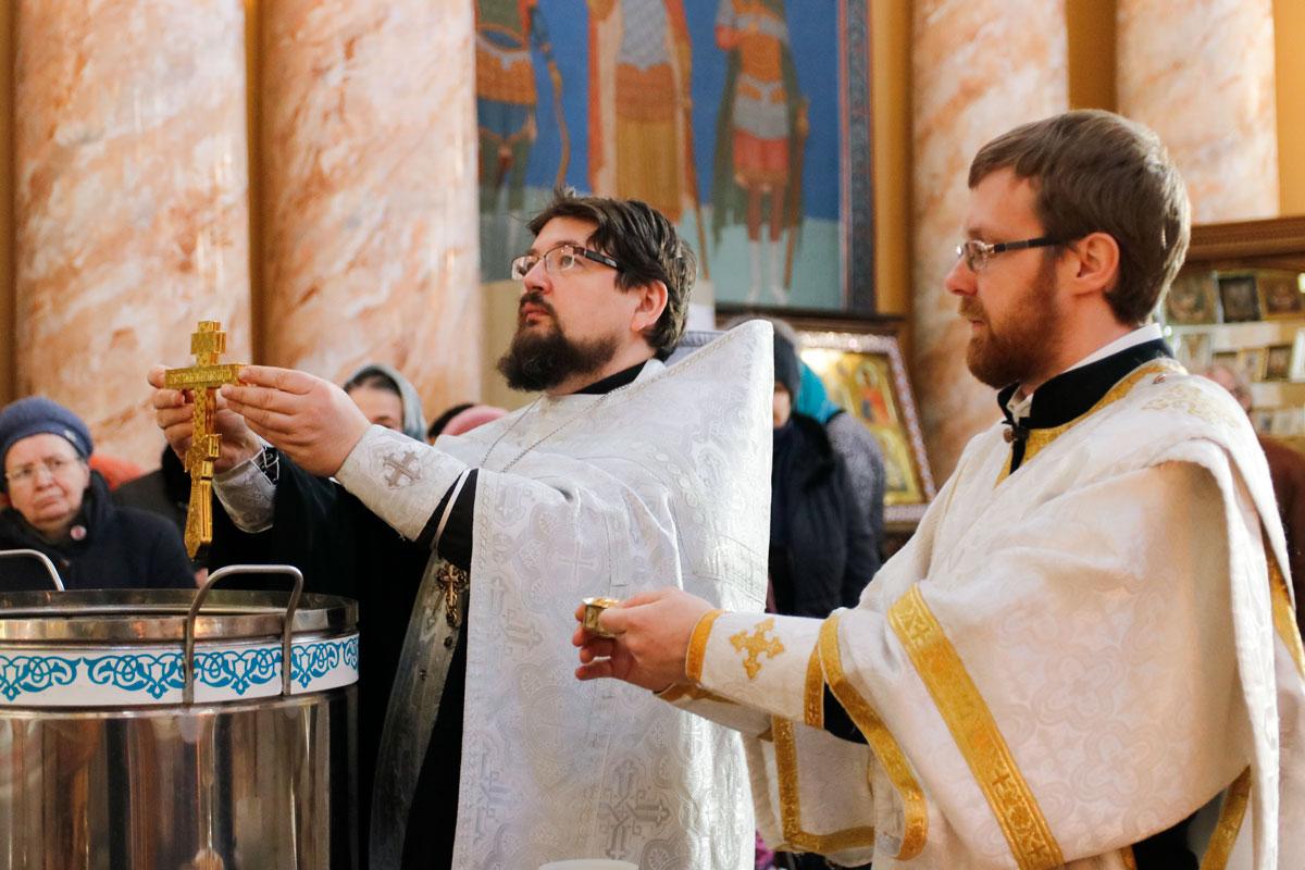 В навечерие Богоявления настоятель совершил Божественную литургию в храме Воскресения Господня